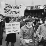 Manifestation devant l'entrée d'un salon automobile. Etats-Unis, dans les années 1960-1970.