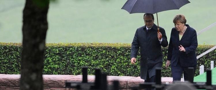 François Hollande et Angela Merkel sous la pluie (source : RTL)