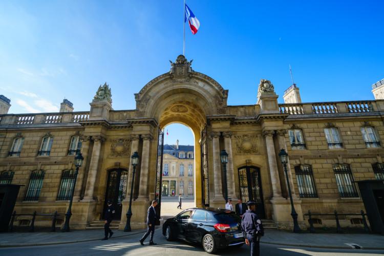 Au 1er tour, Emmanuel Macron est en baisse mais reste nettement en tête. Marine Le Pen et Eric Zemmour progressent.